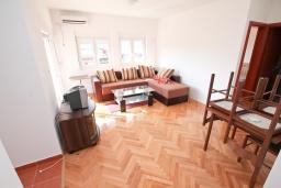 Гостиная. Продается квартира в Игало, Гомила. 44м2, гостиная, 1 спальня, терраса и балкон, 700 метров до моря, цена - 85'000 Евро. в Игало