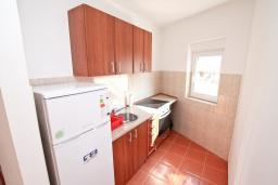 Кухня. Продается квартира в Игало, Гомила. 44м2, гостиная, 1 спальня, терраса и балкон, 700 метров до моря, цена - 85'000 Евро. в Игало