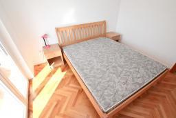 Спальня. Продается квартира в Игало, Гомила. 44м2, гостиная, 1 спальня, терраса и балкон, 700 метров до моря, цена - 85'000 Евро. в Игало