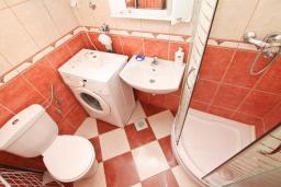 Ванная комната. Продается квартира в Игало, Гомила. 44м2, гостиная, 1 спальня, терраса и балкон, 700 метров до моря, цена - 85'000 Евро. в Игало