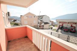 Балкон. Продается квартира в Игало, Гомила. 44м2, гостиная, 1 спальня, терраса и балкон, 700 метров до моря, цена - 85'000 Евро. в Игало