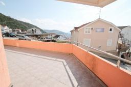 Терраса. Продается квартира в Игало, Гомила. 44м2, гостиная, 1 спальня, терраса и балкон, 700 метров до моря, цена - 85'000 Евро. в Игало