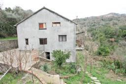Фасад дома. Продается 3-х этажный дом 260м2, с большим участком 24000м2, в Поди. Гостиная, 3 спальни, 2 балкона, терраса. 1.7км до моря. Цена - 1 064'000 Евро. в Герцег Нови