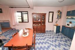Гостиная. Продается 3-х этажный дом 260м2, с большим участком 24000м2, в Поди. Гостиная, 3 спальни, 2 балкона, терраса. 1.7км до моря. Цена - 1 064'000 Евро. в Герцег Нови