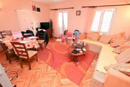 Гостиная. Продается дом в Зеленике. 120м2, гостиная, 3 спальни, 2 ванные комнаты, большая терраса с видом на море, 150 метров до пляжа, цена - 300'000 Евро.  в Зеленике