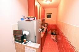 Кухня. Продается дом в Зеленике. 120м2, гостиная, 3 спальни, 2 ванные комнаты, большая терраса с видом на море, 150 метров до пляжа, цена - 300'000 Евро.  в Зеленике