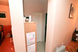 Коридор. Продается дом в Зеленике. 120м2, гостиная, 3 спальни, 2 ванные комнаты, большая терраса с видом на море, 150 метров до пляжа, цена - 300'000 Евро.  в Зеленике