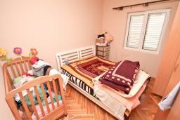 Спальня. Продается дом в Зеленике. 120м2, гостиная, 3 спальни, 2 ванные комнаты, большая терраса с видом на море, 150 метров до пляжа, цена - 300'000 Евро.  в Зеленике