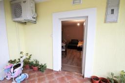 Вход. Продается дом в Зеленике. 120м2, гостиная, 3 спальни, 2 ванные комнаты, большая терраса с видом на море, 150 метров до пляжа, цена - 300'000 Евро.  в Зеленике