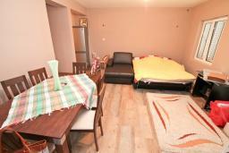 Спальня 2. Продается дом в Зеленике. 120м2, гостиная, 3 спальни, 2 ванные комнаты, большая терраса с видом на море, 150 метров до пляжа, цена - 300'000 Евро.  в Зеленике