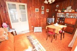 Гостиная. Продается 3-х этажный дом в Герцег-Нови, Старый город. 171м2, гостиная, 5 спален, 3 ванные комнаты, терраса и балкон с видом на море, участок 113м2, 100 метров до пляжа, цена - 360'000 Евро. в Герцег Нови
