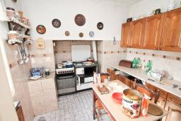 Кухня. Продается 3-х этажный дом в Герцег-Нови, Старый город. 171м2, гостиная, 5 спален, 3 ванные комнаты, терраса и балкон с видом на море, участок 113м2, 100 метров до пляжа, цена - 360'000 Евро. в Герцег Нови