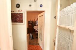 Коридор. Продается 3-х этажный дом в Герцег-Нови, Старый город. 171м2, гостиная, 5 спален, 3 ванные комнаты, терраса и балкон с видом на море, участок 113м2, 100 метров до пляжа, цена - 360'000 Евро. в Герцег Нови