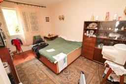Спальня. Продается 3-х этажный дом в Герцег-Нови, Старый город. 171м2, гостиная, 5 спален, 3 ванные комнаты, терраса и балкон с видом на море, участок 113м2, 100 метров до пляжа, цена - 360'000 Евро. в Герцег Нови