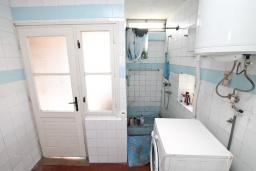 Ванная комната. Продается 3-х этажный дом в Герцег-Нови, Старый город. 171м2, гостиная, 5 спален, 3 ванные комнаты, терраса и балкон с видом на море, участок 113м2, 100 метров до пляжа, цена - 360'000 Евро. в Герцег Нови