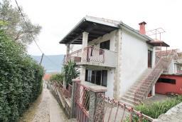Фасад дома. Продается 3-х этажный дом в Баошичи. 238м2, гостиная, 8 спален, 3 ванные комнаты, 3 туалета, 3 балкона, сарай 30м2, участок 330м2, 50 метров до пляжа, цена - 620'000 Евро. в Баошичи