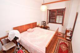 Спальня. Продается 3-х этажный дом в Баошичи. 238м2, гостиная, 8 спален, 3 ванные комнаты, 3 туалета, 3 балкона, сарай 30м2, участок 330м2, 50 метров до пляжа, цена - 620'000 Евро. в Баошичи