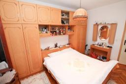 Спальня 2. Продается 3-х этажный дом в Баошичи. 238м2, гостиная, 8 спален, 3 ванные комнаты, 3 туалета, 3 балкона, сарай 30м2, участок 330м2, 50 метров до пляжа, цена - 620'000 Евро. в Баошичи
