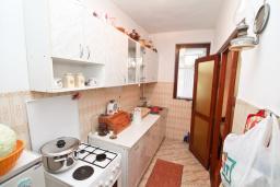 Кухня. Продается 3-х этажный дом в Баошичи. 238м2, гостиная, 8 спален, 3 ванные комнаты, 3 туалета, 3 балкона, сарай 30м2, участок 330м2, 50 метров до пляжа, цена - 620'000 Евро. в Баошичи