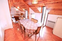 Гостиная. Черногория, Рисан : Апартамент для 10 человек, с большой гостиной, с 3-мя отдельными спальнями, с 2-мя ванными комнатами, с балконом с шикарным видом на море, 150 метров до пляжа
