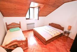 Спальня. Черногория, Рисан : Апартамент для 10 человек, с большой гостиной, с 3-мя отдельными спальнями, с 2-мя ванными комнатами, с балконом с шикарным видом на море, 150 метров до пляжа