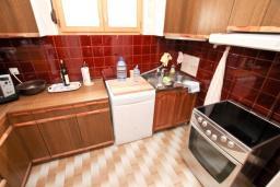 Кухня. Продается 3-х этажный дом в Рисане. 300м2, 2 большие гостиные, 9 спален, 4 ванные комнаты, 3 балкона 2 террасы с видом на море, бассейн, гараж, территория 486м2, 150 метров до пляжа, цена - 850'000 Евро. в Рисане