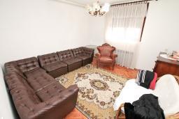 Гостиная. Продается 3-х этажный дом в Рисане. 300м2, 2 большие гостиные, 9 спален, 4 ванные комнаты, 3 балкона 2 террасы с видом на море, бассейн, гараж, территория 486м2, 150 метров до пляжа, цена - 850'000 Евро. в Рисане