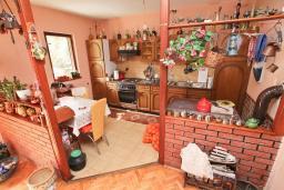 Кухня. Продается 3-х этажный дом в Герцег-Нови, Дубрава. 240м2, кухня-столовая, гостиная, 5 спален, 2 комнаты с грубым ремонтом, 2 ванные комнаты, участок 2700, 800 метров до моря, цена - 900'000 Евро. в Герцег Нови