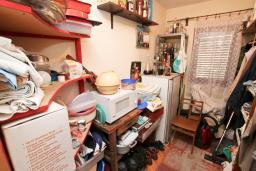Прочее. Продается 3-х этажный дом в Герцег-Нови, Дубрава. 240м2, кухня-столовая, гостиная, 5 спален, 2 комнаты с грубым ремонтом, 2 ванные комнаты, участок 2700, 800 метров до моря, цена - 900'000 Евро. в Герцег Нови