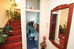 Коридор. Продается 3-х этажный дом в Герцег-Нови, Дубрава. 240м2, кухня-столовая, гостиная, 5 спален, 2 комнаты с грубым ремонтом, 2 ванные комнаты, участок 2700, 800 метров до моря, цена - 900'000 Евро. в Герцег Нови