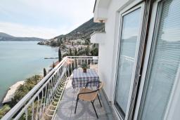 Балкон. Черногория, Нивице : Апартамент для 4 человек, с 2-мя отдельными спальнями, с 2-мя балконами с шикарным видом на море, 30 метров до пляжа