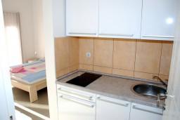 Кухня. Черногория, Игало : Современная студия в центре Игало