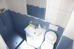Ванная комната. Черногория, Игало : Современная студия в центре Игало