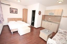 Студия (гостиная+кухня). Черногория, Рафаиловичи : Уютная студия на берегу моря Рафаиловичей