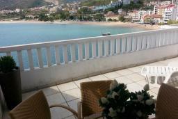 Вид на море. Черногория, Рафаиловичи : Апартамент 90м2 с 2-мя спальнями, на берегу моря в Рафаиловичи с шикарным видом на море