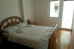 Спальня. Черногория, Рафаиловичи : Апартамент 90м2 с 2-мя спальнями, на берегу моря в Рафаиловичи с шикарным видом на море