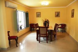 Обеденная зона. Черногория, Обала Джурашевича : Роскошная 3-х этажная вилла с бассейном и видом на море, с 4-мя отдельными спальнями, 3-мя ванными комнатами, с местом для барбекю и парковкой, 50 метров от пляжа
