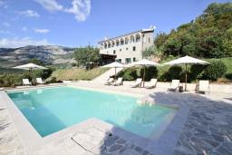 Территория. Черногория, Булярица : Вилла класса ЛЮКС с 7 спальнями и ванными комнатами, с большой территорией и бассейном, с собственным рестораном, 80 метров до моря, несколько парковочных мест, Wi-Fi, место для барбекю