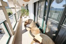 Балкон. Черногория, Булярица : Вилла класса ЛЮКС с 7 спальнями и ванными комнатами, с большой территорией и бассейном, с собственным рестораном, 80 метров до моря, несколько парковочных мест, Wi-Fi, место для барбекю
