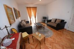 Гостиная. Черногория, Игало : Дом с 2-мя гостиными, с 4-мя отдельными спальнями, с 2-мя ванными комнатами, с фантастическим садом, с местом для барбекю, Wi-Fi