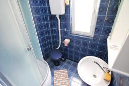 Ванная комната. Черногория, Нивице : Дом окруженный садом с большой гостиной, с 7 отдельными спальнями, 5 ванными комнатами, с 4 балконами с шикарным видом на море, с местом для барбекю, несколько парковочных мест