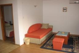 Спальня. Черногория, Бечичи : Комплекс 2-х этажных вилл, состоящий из 2-х двухместных апартаментов-студий, 8 апартаментов 2+2, по одному двухэтажному апартаменту 4+4 и 2+4, с бассейном, с большой зеленой территорией, с детской площадкой, с рестораном, несколько парко