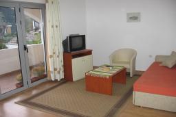 Спальня 3. Черногория, Бечичи : Комплекс 2-х этажных вилл, состоящий из 2-х двухместных апартаментов-студий, 8 апартаментов 2+2, по одному двухэтажному апартаменту 4+4 и 2+4, с бассейном, с большой зеленой территорией, с детской площадкой, с рестораном, несколько парко