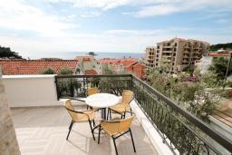 Балкон. Черногория, Петровац : Современная вилла с 2-мя просторными гостиными, с 7-ю отдельными спальнями, с 5-ю ванными комнатами, с зеленой территорией, с бетонной террасой с видом на сад, с балконами с видом на море, Wi-Fi