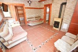Гостиная. Черногория, Кримовица : Комплекс из 2-х вилл с 2 гостиными, с 7 отдельными спальнями, с большой террасой и местом для барбекю, с бассейном, с сауной, комплекс окружен лесом, несколько мест для парковки