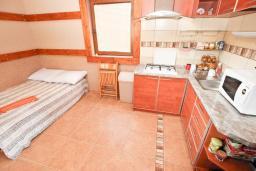 Спальня. Черногория, Кримовица : Комплекс из 2-х вилл с 2 гостиными, с 7 отдельными спальнями, с большой террасой и местом для барбекю, с бассейном, с сауной, комплекс окружен лесом, несколько мест для парковки