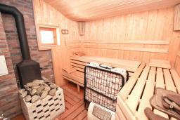 Прочее. Черногория, Кримовица : Комплекс из 2-х вилл с 2 гостиными, с 7 отдельными спальнями, с большой террасой и местом для барбекю, с бассейном, с сауной, комплекс окружен лесом, несколько мест для парковки