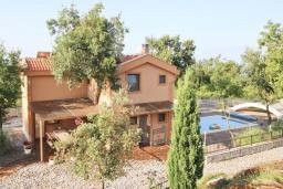 Фасад дома. Черногория, Кримовица : Комплекс из 2-х вилл с 2 гостиными, с 7 отдельными спальнями, с большой террасой и местом для барбекю, с бассейном, с сауной, комплекс окружен лесом, несколько мест для парковки