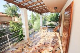 Терраса. Черногория, Кримовица : Комплекс из 2-х вилл с 2 гостиными, с 7 отдельными спальнями, с большой террасой и местом для барбекю, с бассейном, с сауной, комплекс окружен лесом, несколько мест для парковки