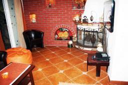 Гостиная. Черногория, Баошичи : Два дома на первой линии у моря, с зеленым приватным двориком с садовой мебелью и качелями, барбекю. 4 спальни, 3 ванных комнаты, паркинг, Wi-Fi